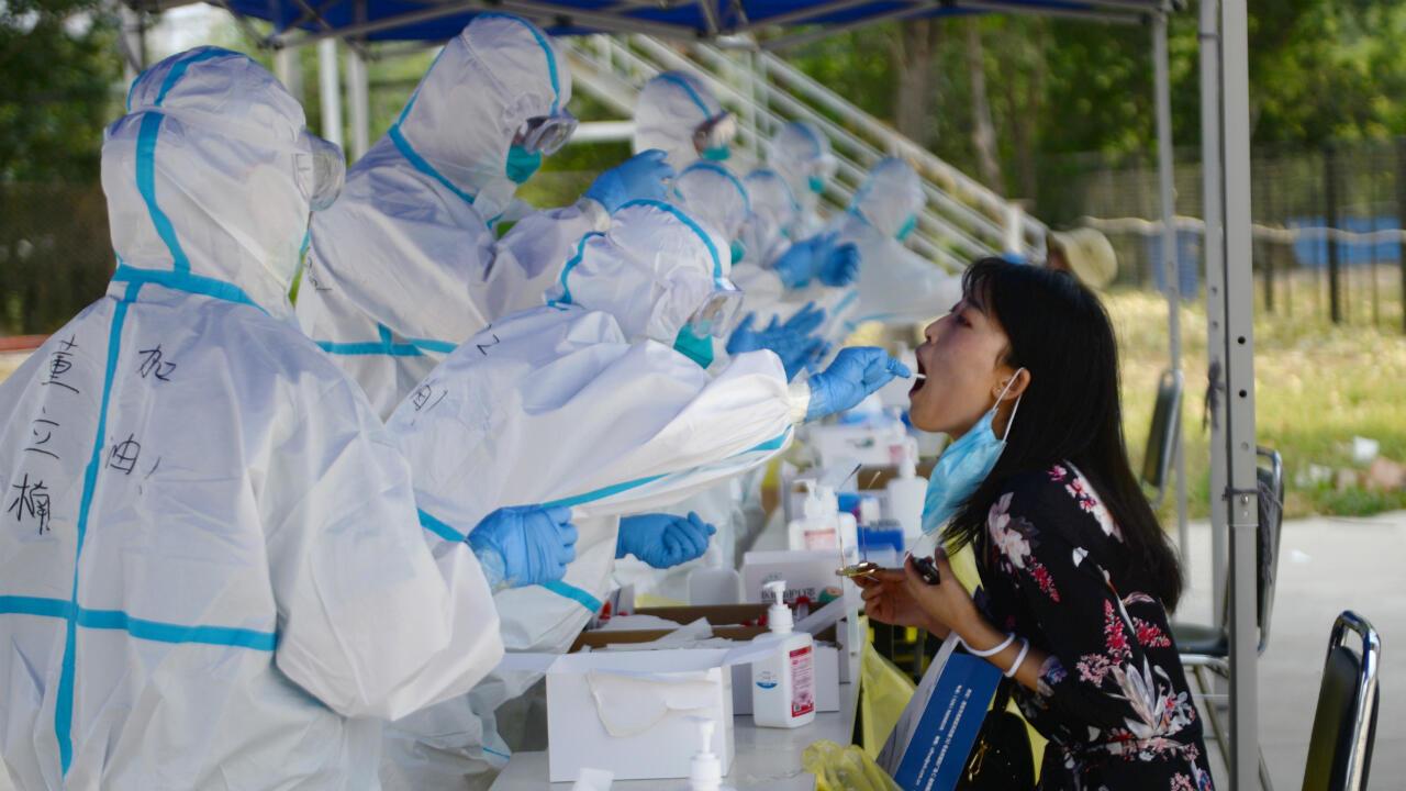 Un equipo médico hace una prueba de coronavirus a una residente de Beijing, China, el 20 de junio de 2020.