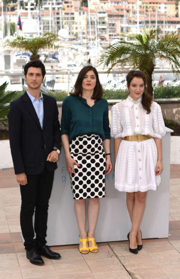 المخرجة وسط الممثلين الرئيسيين