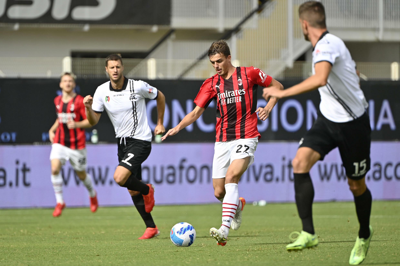 L'attaccante del Milan Daniel Maldini (c) sul campo del La Spezia il 25 settembre 2021