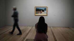 """Une visiteuse contemple le tableau """"Gas"""" du peintre américan Edward Hopper, le 15 mai 2020 à la Fondation Beyeler, à Riehen, près de Bâle, lors de la réouverture des musées en Suisse"""