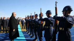 El presidente turco, Recep Tayyip Erdonga, hace saludo de honor a un soldado durante una reunión en Kutahya, Turquía.