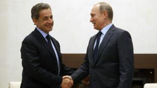 L'ancien président français Nicolas Sarkozy et l'actuel chef de l'État russe Vladimir Poutine, lors de leur rencontre le 29 octobre 2015.