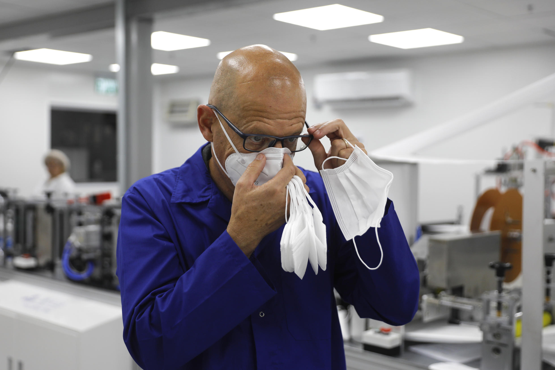 دانيال ليف رئيس مجلس ادارة مصنع سيون للكمامات في جنوب إسرائيل في 15 يونيو/حزيران 2020.