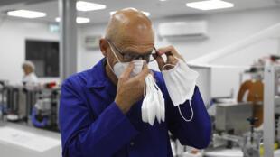 دانيال ليف رئيس مجلس ادارة مصنع سيون للكمامات في جنوب اسرائيل في 15 حزيران/يونيو 2020