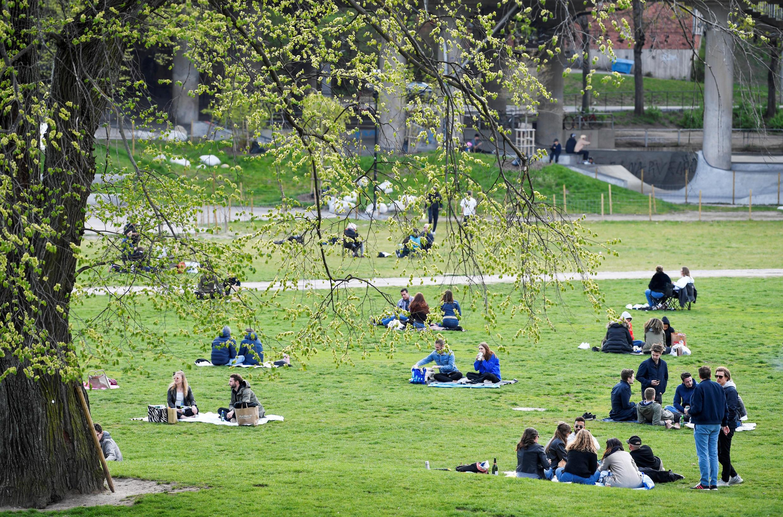 Des promeneurs profitent d'une journée de printemps au parc Ralambshov lors de l'épidémie de coronavirus, à Stockholm, en Suède, le 8 mai 2020.