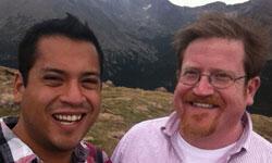 Alan Morales et son compagnon, Charlie.