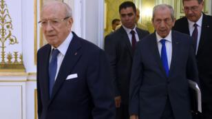 Le président tunisien Béji Caïd Essebs et le nouveau président par intérim Mohamed Ennaceur, à Tunis, en juin 2015..
