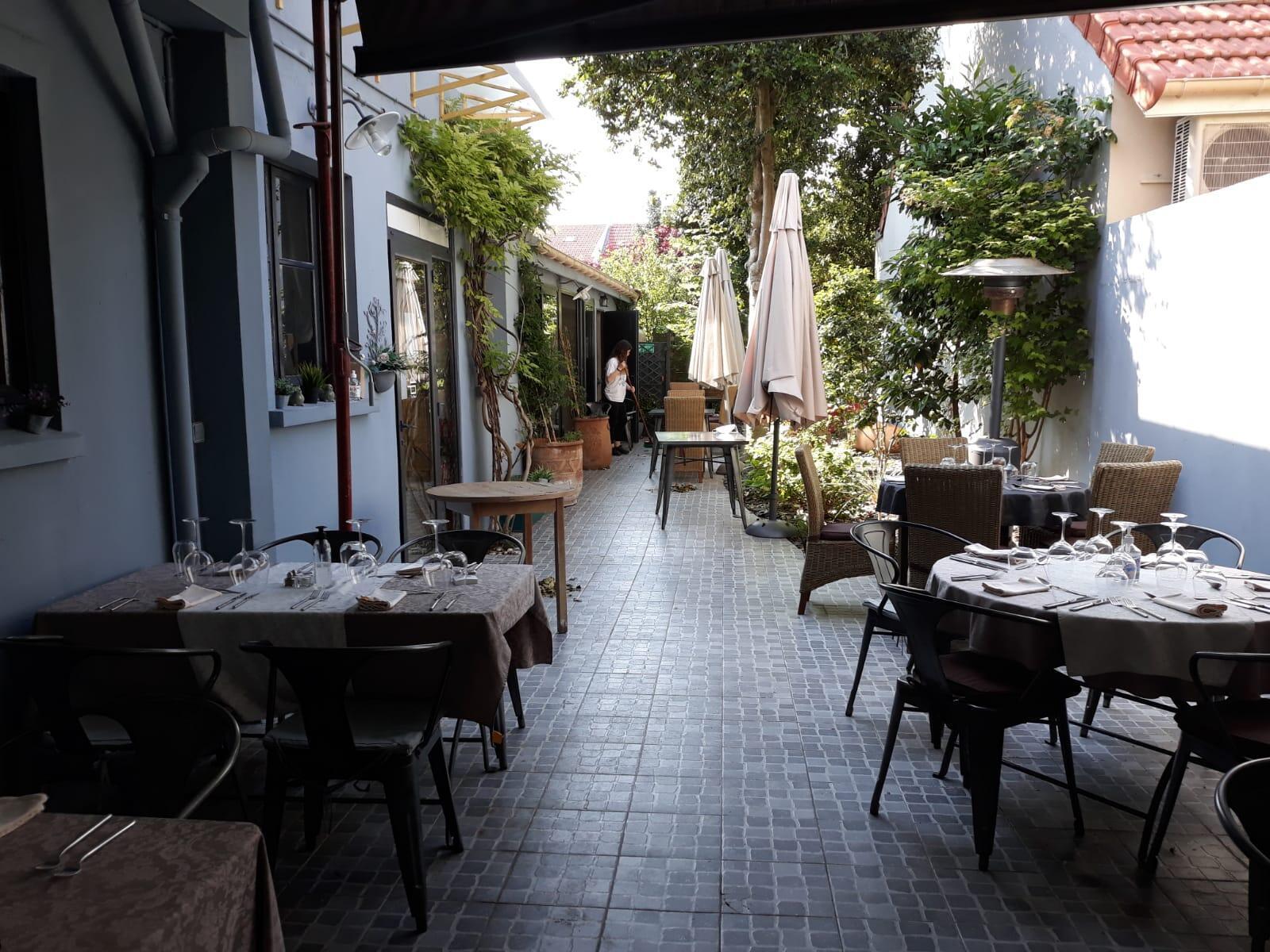 """Au restaurant """"À la maison"""", les tables sont prêtes pour accueillir les clients."""