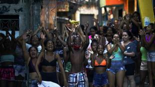 Residentes de la favela Jacarezinho protestan contra la operación policial que dejó decenas de muertos en Rio de Janeiro el 6 de mayo de 2021