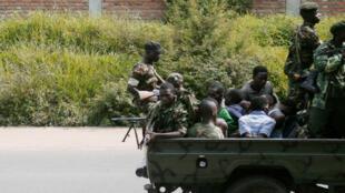 Des soldats burundais et des suspects interpellés à Bujumbura, le 15 décembre 2015.