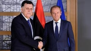 رئيس المجلس الأوروبي دونالد توسك خلال استقباله رئيس حكومة الوفاق الوطني الليبية فايز السراج في بروكسل - 13 مايو/ أيار