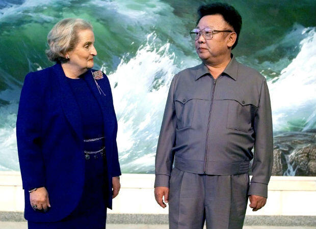 Kim Jong-il recibe a la secretaria de Estado de Estados Unidos Madeleine Albright para conversaciones en Pyongyang en octubre de 2000. Pero las negociaciones se derrumban después de que Corea del Norte reclame 1.000 millones de dólares al año a cambio de detener las exportaciones de misiles.