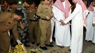 Des agents de sécurité et des memebres de la famille royale saoudienne près de la mosquée de Médine où l'attaque-suicide s'est produite, lundi 4 juillet 2016.