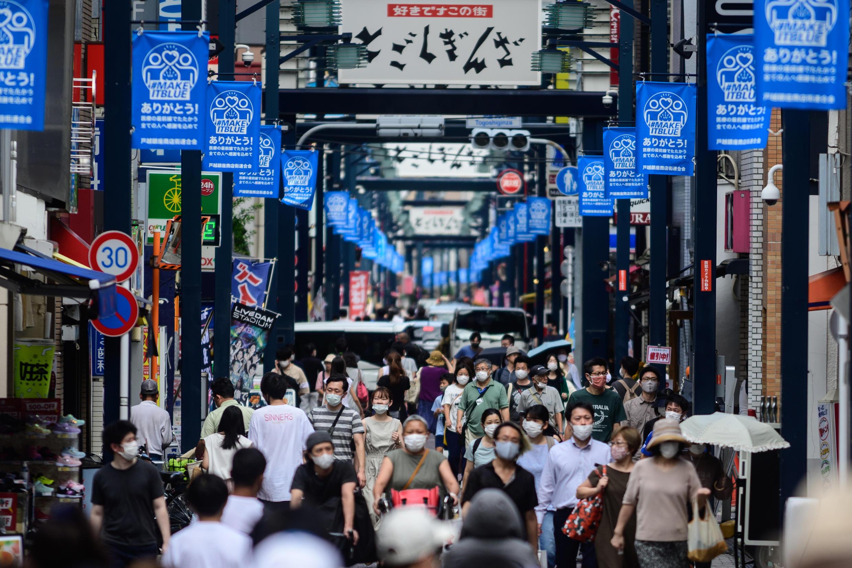 Gente con mascarillas pasea por la calle comercial de Togoshi Ginza, en Tokio, Japón, el 1 de agosto de 2020
