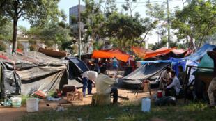 Un grupo de indígenas y desplazados por la inundación acampan frente a la sede del Congreso de Asunción (Paraguay).