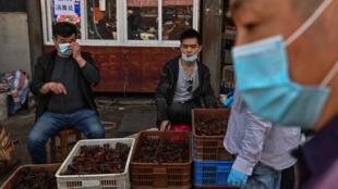 Les marchés extérieurs chinois ont rouvert à Wuha et suscitent la suspicion. La vente d'animaux exotiques est fortement critiquée.