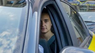 La capitana alemana del barco humanitario Sea-Watch 3, Carola Rackete, sale en un automóvil de la policía italiana después de comparecer ante una corte en Sicilia, el 1 de julio de 2019.