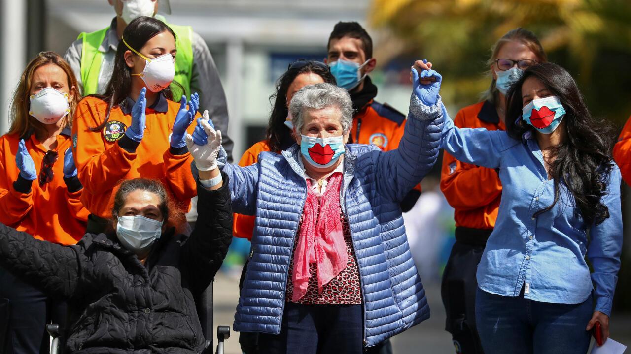 Las últimas pacientes del hospital celebran junto al personal sanitario tras ser dadas de alta en el recinto ferial de Ifema. Madrid, España, 1 de mayo de 2020.