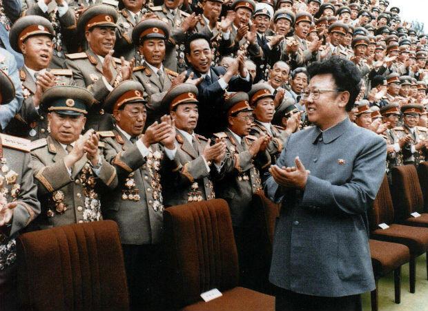 Kim Jong-il, fotografiado en septiembre de 1998, encabeza el programa de armas nucleares de Corea del Norte, convencido de que es la única garantía de la supervivencia de su régimen.