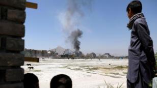 El humo se eleva desde el sitio de un ataque en Kabul, Afganistán, 21 de agosto de 2018.