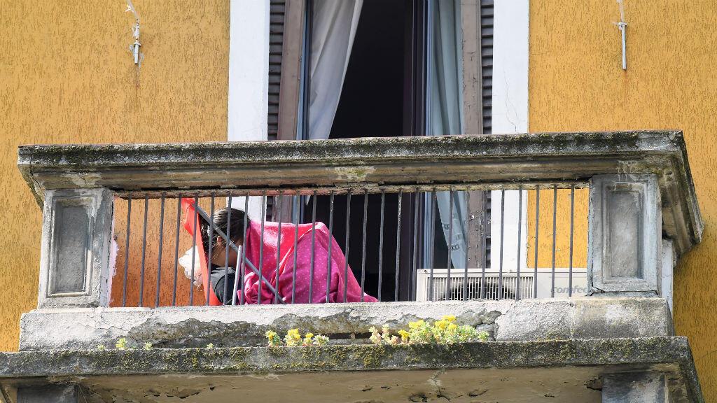 Una persona se sienta en el balcón mientras la propagación de la enfermedad por coronavirus Covid-19 continúa en Milán, Italia, el 3 de abril de 2020.