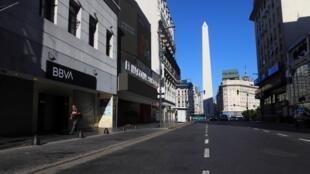 El representativo Obelisco de Buenos Aires luce en medio de una avenida vacía después de que el presidente de Argentina, Alberto Fernández, anunciara una cuarentena obligatoria como medida para frenar la propagación de la enfermedad por coronavirus Covid-19, en Buenos Aires , Argentina, el 20 de marzo de 2020.