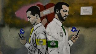 Un mural del artista callejero italiano TvBo, titulado 'La guerra de las redes sociales', que representa al viceprimer ministro italiano Luigi Di Maio (izquierda) y al ministro del Interior, Matteo Salvini.