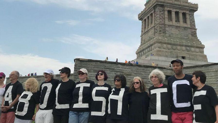 El grupo Rise y Resist presenta una protesta en la Estatua de la Libertad en Nueva York.