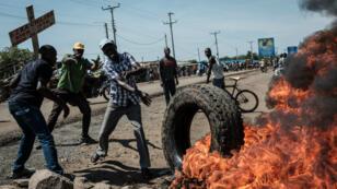 Des partisans de l'opposition brûlant des pneus à Kisumu, le 25 octobre.