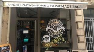 """Un tag antisémite """"Juden"""" (juifs) a été découvert sur la vitrine du restaurateur Bagelstein, samedi 9 février, à Paris."""