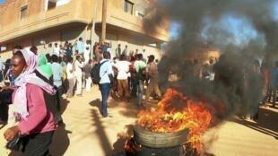 متظاهرون في أم درمان، قرب الخرطوم، في 22 يناير/كانون الثاني 2019