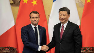 El presidente francés Emmanuel Macron y su par chino Xi Jinping estrechan sus manos durante una ceremonia en Beijing, el 6 de noviembre de 2019.