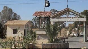 """راية تنظيم """"الدولة الإسلامية"""" فوق سجن تدمر"""