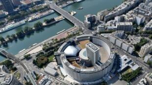 """La """"maison ronde"""" où sont installées les antennes de Radio France, à Paris 14 juillet 2018"""