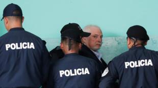 El ex presidente panameño Ricardo Martinelli, acusado de escuchas ilegales, sale de la corte en Ciudad de Panamá, Panamá, el 12 de marzo de 2019.