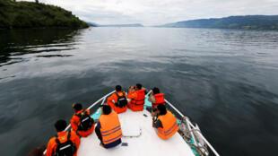 El personal de rescate busca pasajeros desaparecidos del naufragio del ferry en el Lago Toba en Simalungun.