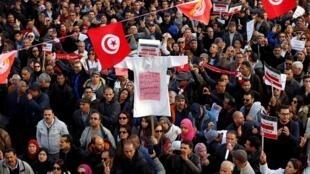 تظاهر آلاف من معلمي المدارس الثانوية في العاصمة التونسية - الأربعاء 19 ديسمبر/ كانون الأول