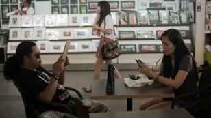 Young people who excessively use smartphones and other audio devices could risk damaging their hearing, the WHO says, calling for new safety standards for safe volume levels