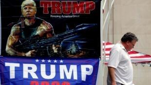 Un hombre pasa al lado de un cartel de campaña del presidente Donald Trump en Tulsa, Oklahoma. 19 de junio de 2020.