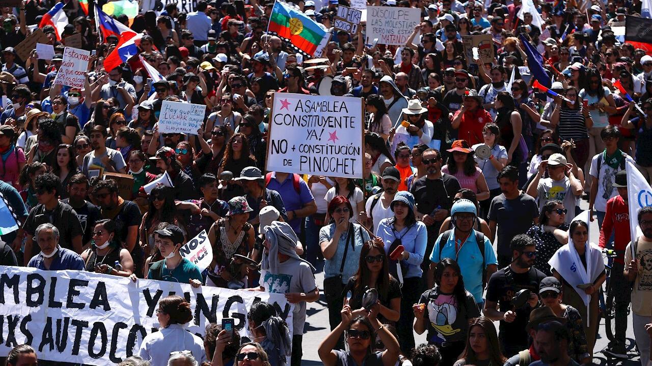 Protestas en Santiago de Chile por sexto día consecutivo. El aumento del precio del pasaje del metro de la capital marcó el inicio de una oleada de protestas que, con los días, despertó el hartazgo frente al elevado costo de la vida en el país. Octubre 23 de 2019.
