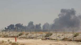 De la fumée ondule au-dessus d'une installation pétrolière d'Aramco à Abqaiq, le 14septembre2019.