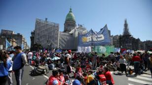 Manifestantes se congregan frente a la sede del congreso de Argentina, En Buenos Aires, el 18 de septiembre de 2019.