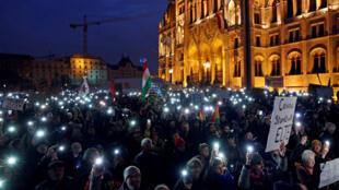 La manifestation du samedi 24 novembre devant le Parlement hongrois a rassemblé environ 2000personnes mais n'a pas fait plier le gouvernement.