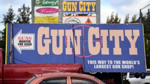 Una foto muestra carteles que apuntan hacia una tienda de armas en Christchurch que dice ser la tienda de armas más grande del mundo, seis días después de la masacre que cobró la vida de cincuenta personas.