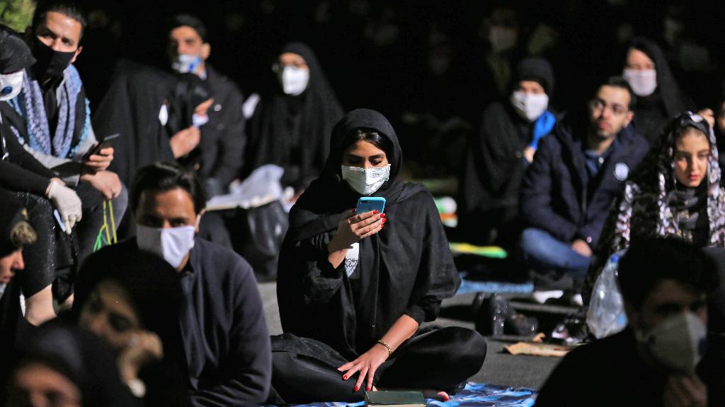 Imagen del 13 de mayo en Teherán, Irán, donde las oraciones se realizaron en el exterior de las mezquitas como medida de seguridad por el Covid-19.