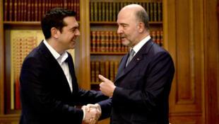 Le Premier ministre grec, Alexis Tsipras, et le Commissaire européen aux Affaires économiques, Pierre Moscovici, à Athènes le 15 février 2017.
