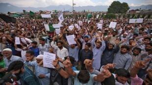 الكشميريون يحتجون عقب صلاة الجمعة على إلغاء الحكومة الهندية الحكم الذاتي للإقليم وفرضها قيودا مشددة، سريناغار، 16 آب/أغسطس 2019.