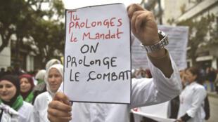 """Les """"blouses blanches"""" manifestent à Alger, mardi 19 mars, contre le prolongement du 4e mandat d'Abdelaziz Bouteflika"""
