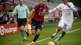 صراع على الكرة بين التركي بوراك يلماز لاعب ليل (يسار) والبرازيلي مارسيلو لاعب ليون خلال مباراة الفريقين ضمن الدوري الفرنسي لكرة القدم في الأول من تشرين الثاني/نوفمبر 2020