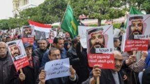محتجون في وسط العاصمة التونسية في 27 ت2/نوفمبر 2018 يعبرون عن اعتراضهم على زيارة ولي العهد السعودي الأمير محمد بن سلمان.
